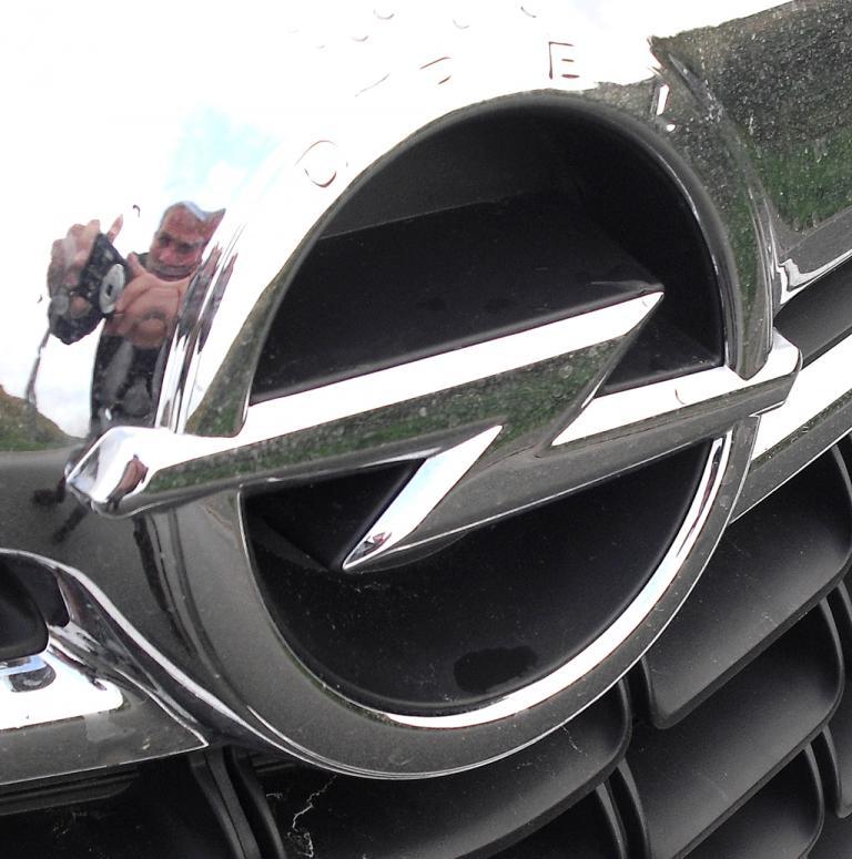 Opel Mokka: Das Markenlogo sitzt vorn in einer Chromspange am oberen Kühlergrill.