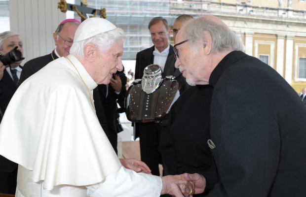Papst segnet zwei Harley-Davidson-Tanks