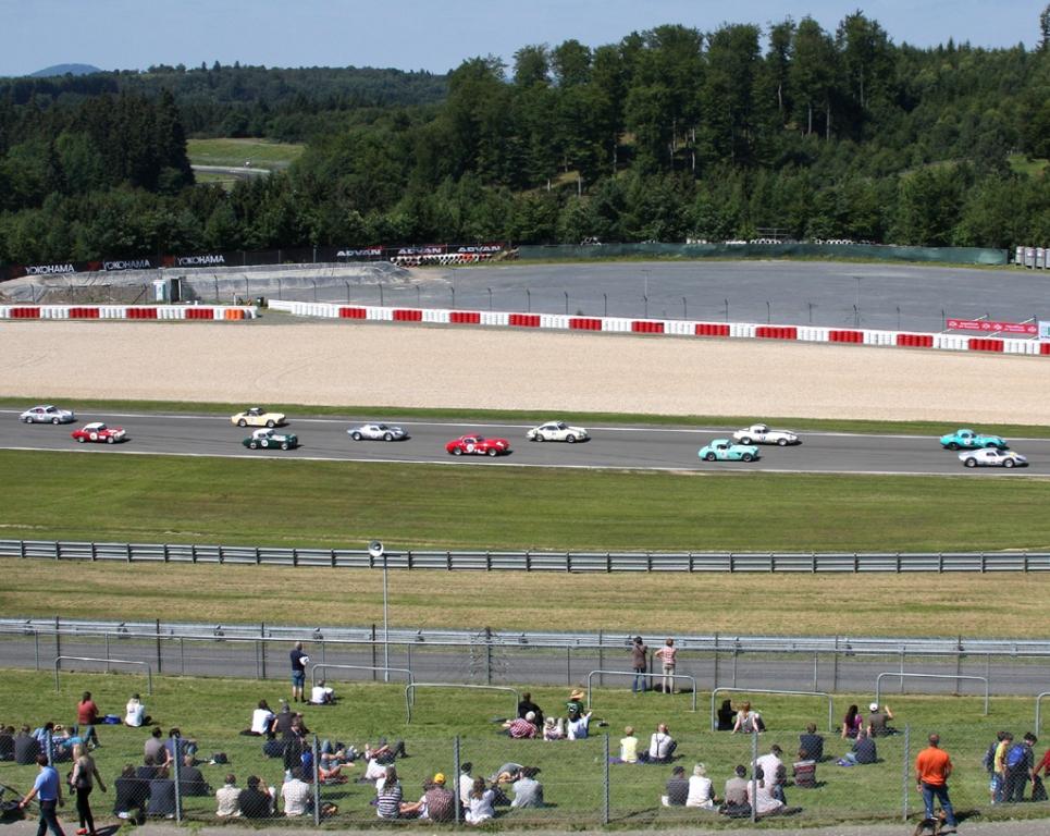 Raubkatzen auf der Strecke: Jaguar-Oldtimer beim Rennen auf dem Grand-Prix-Kurs.
