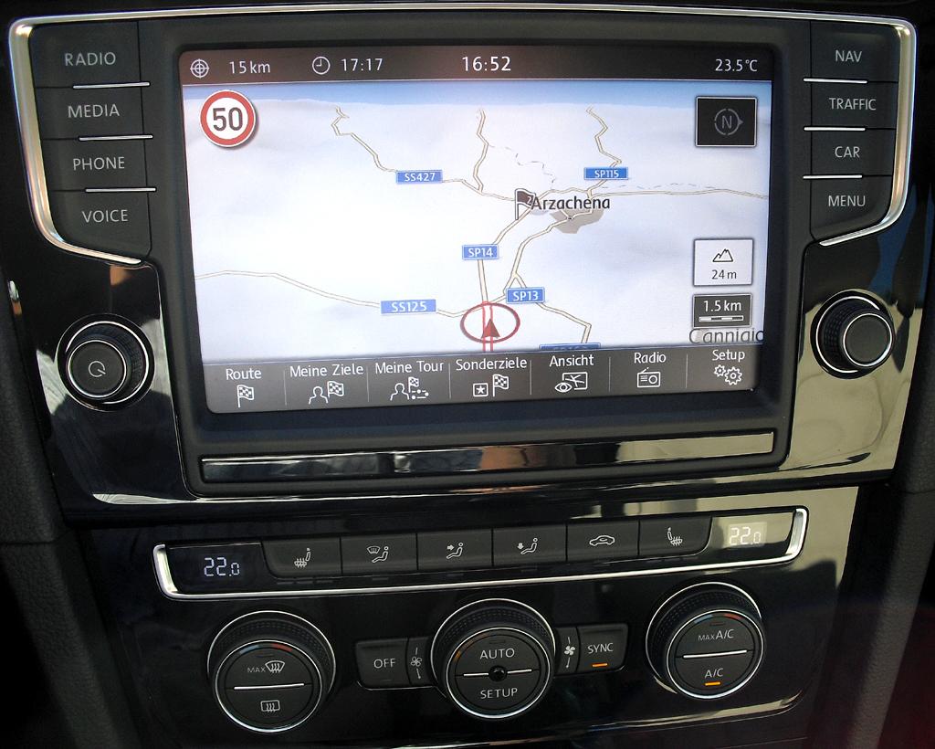 VW Golf: Blick auf das große Display im mittleren Armaturenträger.