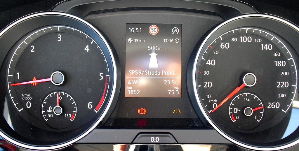 VW Golf: Blick durch den Lenkradkranz auf die Rundinstrumentierung.
