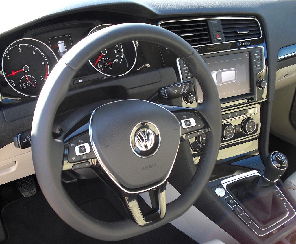 VW Golf: Blick ins übersichtlich gestaltete Cockpit.