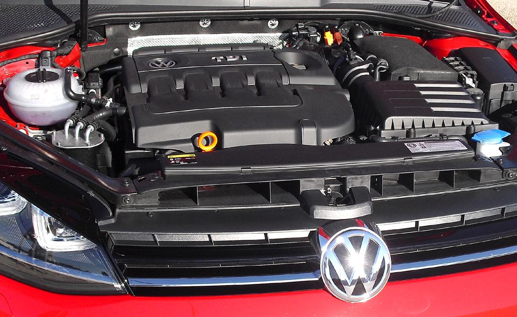 VW Golf: Blick unter die Haube, hier beim ...