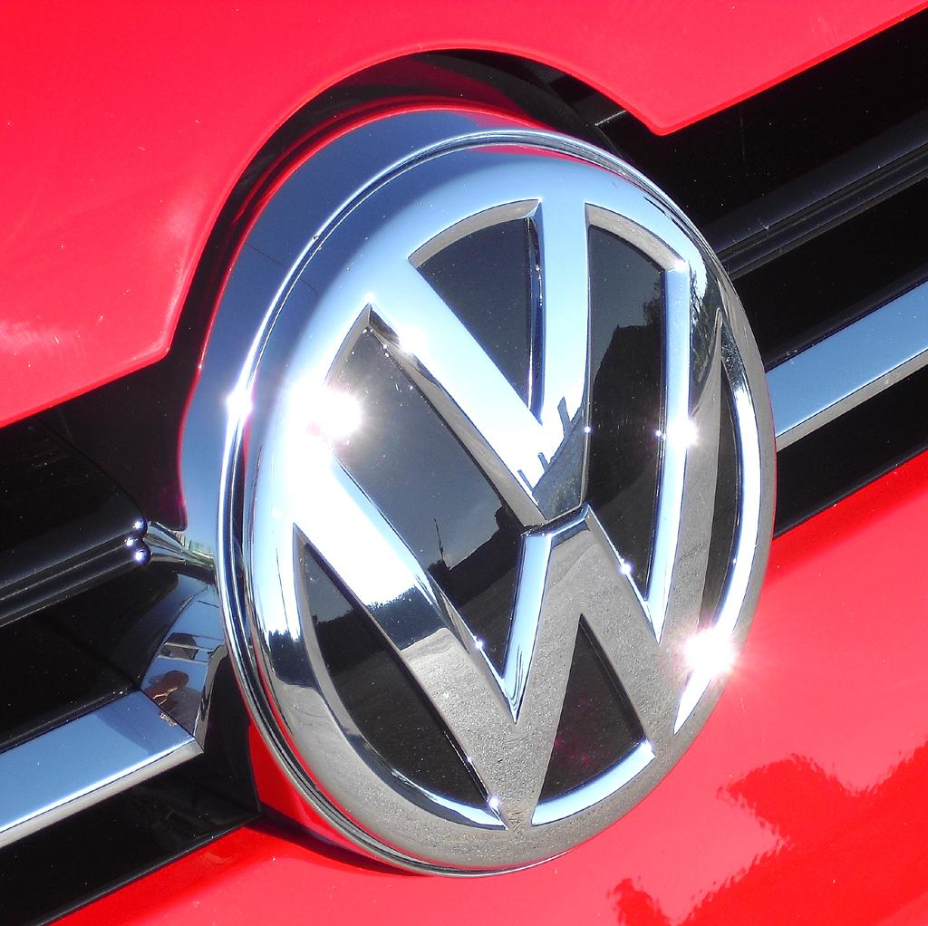 VW Golf: Das Markenlogo sitzt vorn direkt unterhalb der Motorhaube.