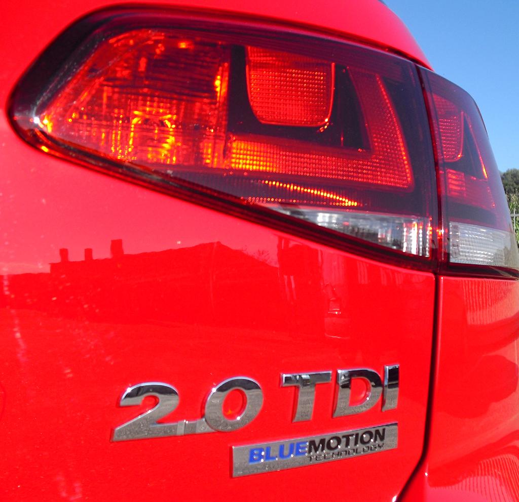 VW Golf: Moderne Leuchteinheit hinten mit Motorisierungsschriftzügen.