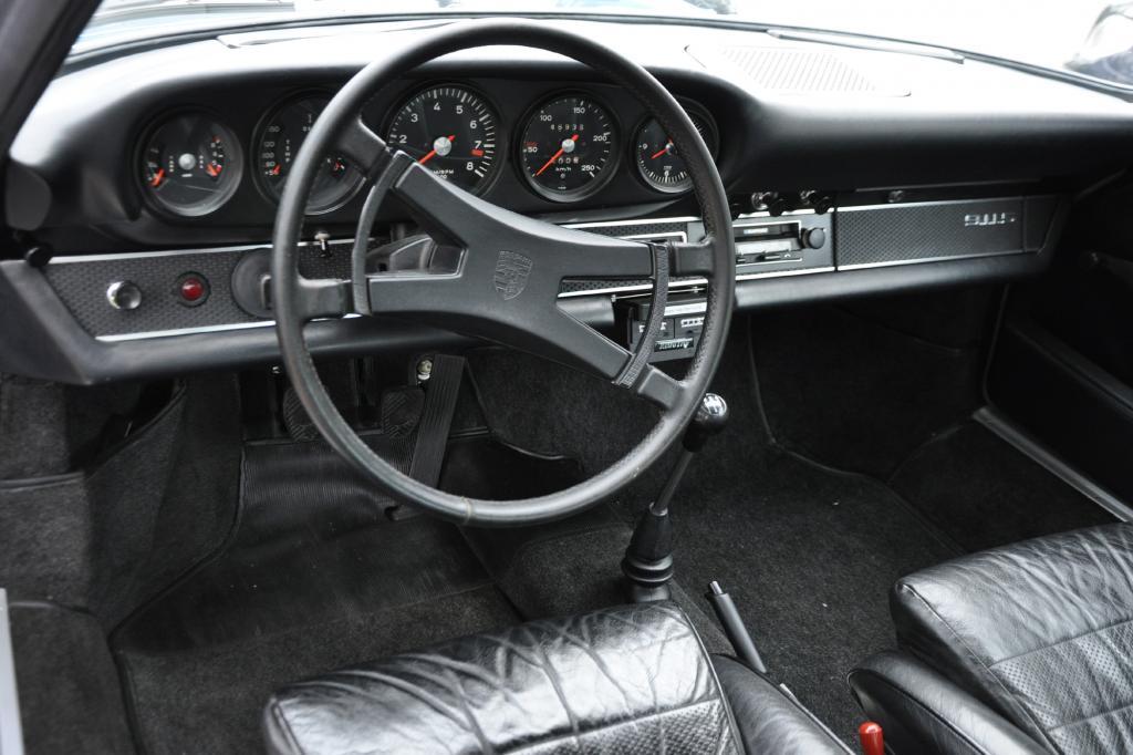 Wie bei Porsche gewohnt, sitzt der Drehzahlmesse mittig