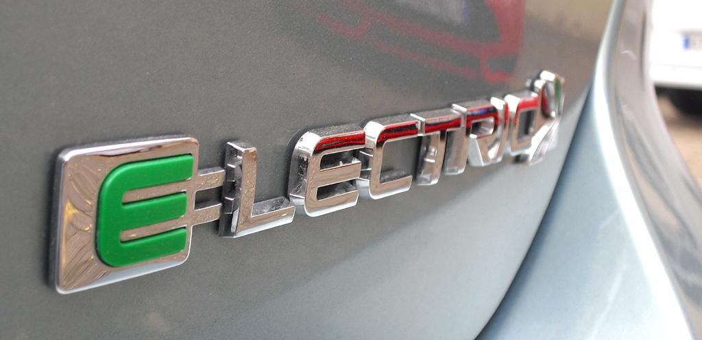 Zeichen für Zukunftsorientierung: Schriftzug auf dem Focus Electric, bei dem sich ...