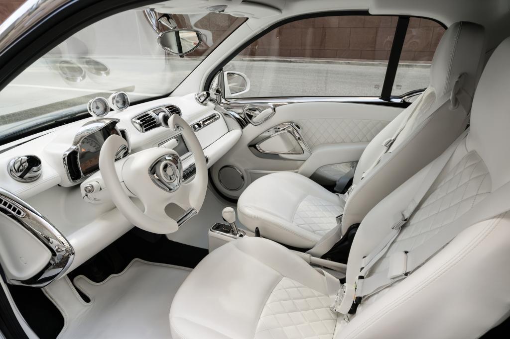 Auch im Cockpit hat Jeremy Scott einen Wechsel aus Weiß und Chrom entworfen