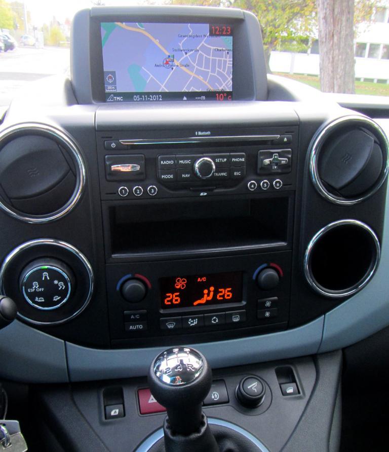 Citroën Berlingo: Blick auf den mittleren Armaturenträger, der Schalthebel ist griffgünstig platziert.