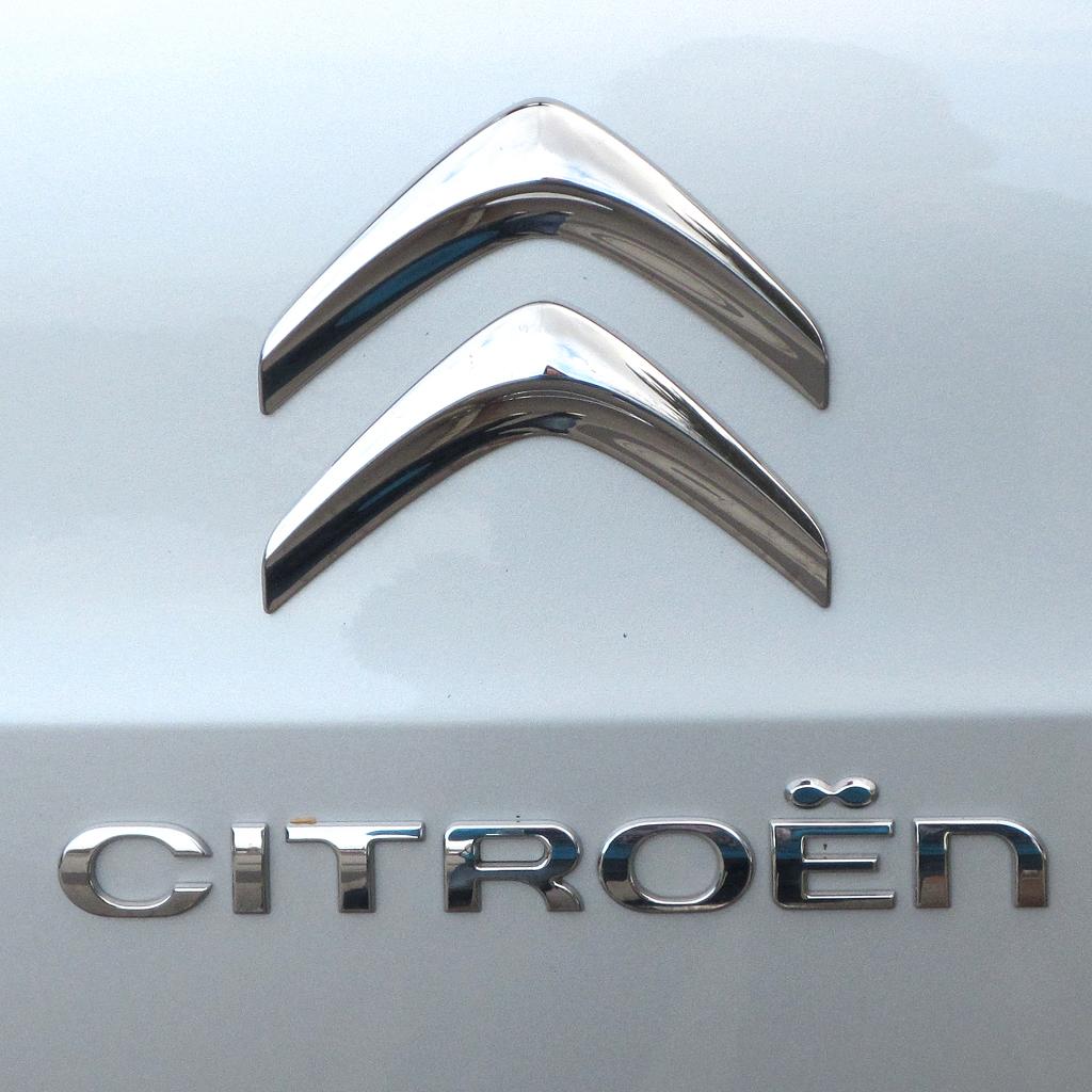 Citroën Berlingo: Markenlogo und Markenschriftzug auf der Heckklappe.
