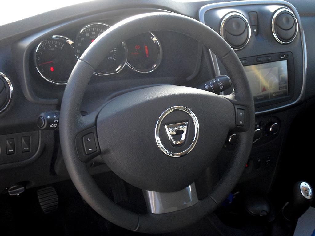 Dacia Sandero: Blick ins Cockpit, wo alles nur auf das Wesentlichste beschränkt bleibt.