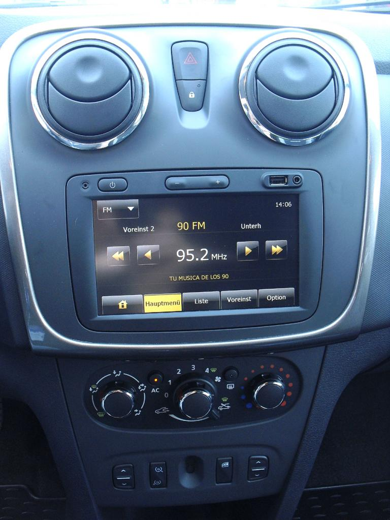 Dacia Sandero Stepway: Blick auf den mittleren Armaturenträger mit Touchscreen-Monitor.