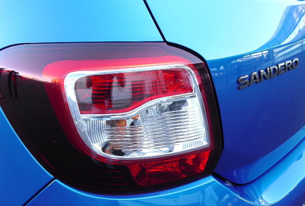 Dacia Sandero Stepway: Großformatige Leuchteinheit mit Modellschriftzug am Heck.