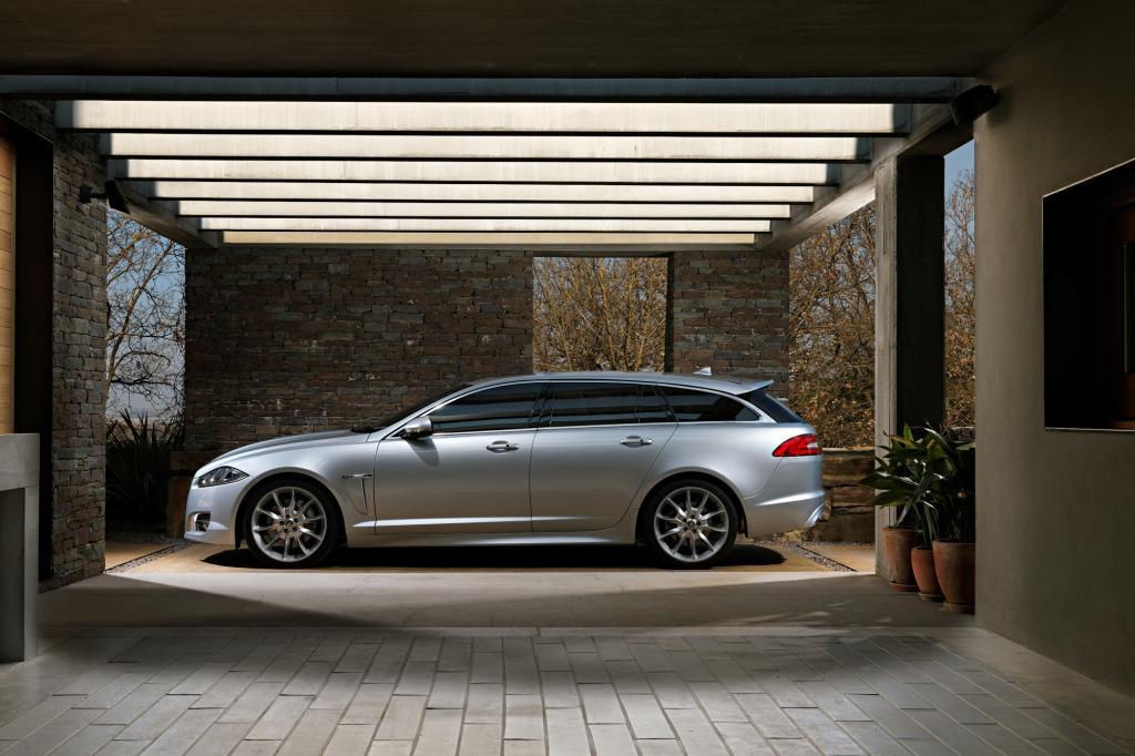 Das 4,97 Meter lange Fahrzeug – sieben Zentimeter länger als etwa das Mercedes T-Modell – bietet tatsächlich vorn wie hinten üpp