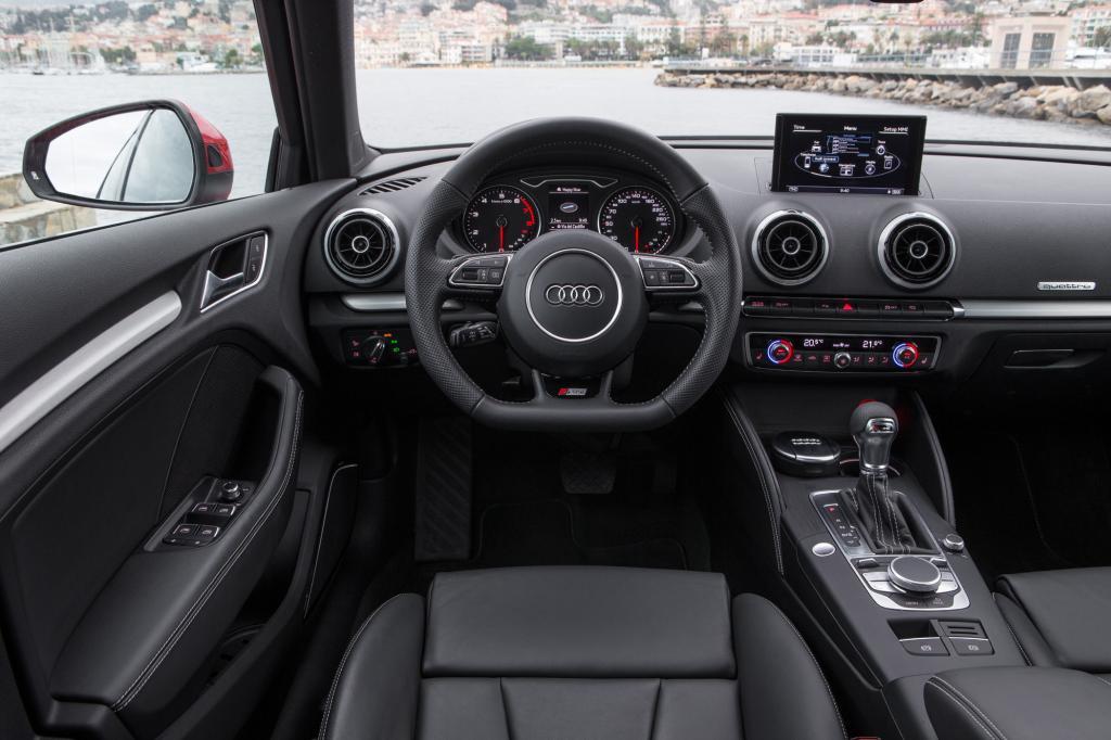 Das Cockpit ist gewohnt sportlich