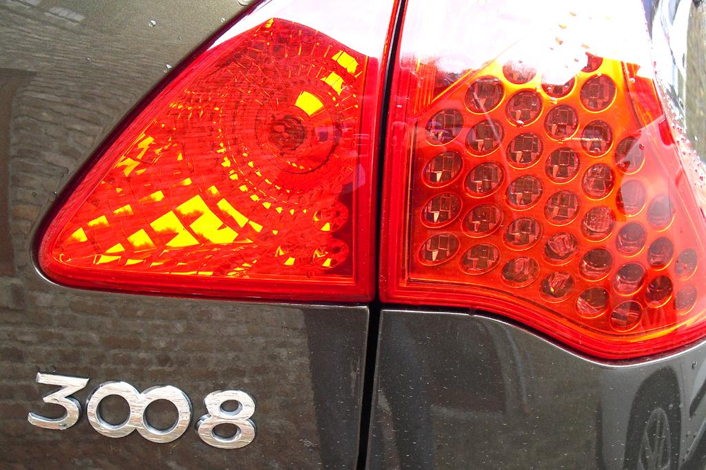 Der 3008 verfügt in der Hybrid4-Version über Allrad ....