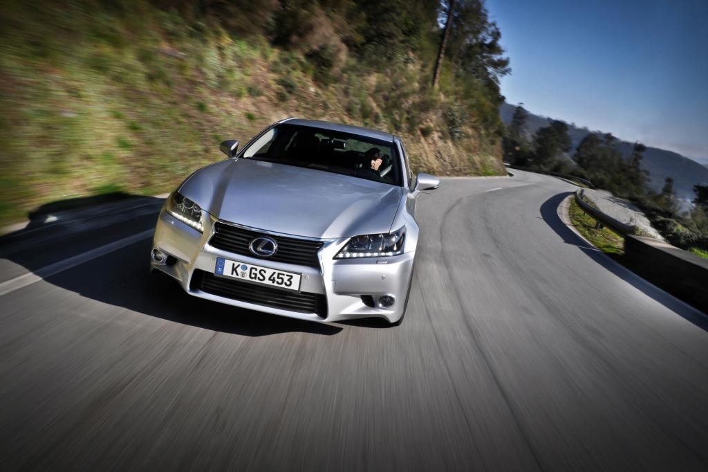 Der leistungsstarke Hybridantrieb mit seinen 254 kW/345 PS Systemleistung lässt normale Benziner und Diesel beim Ampelstart alt