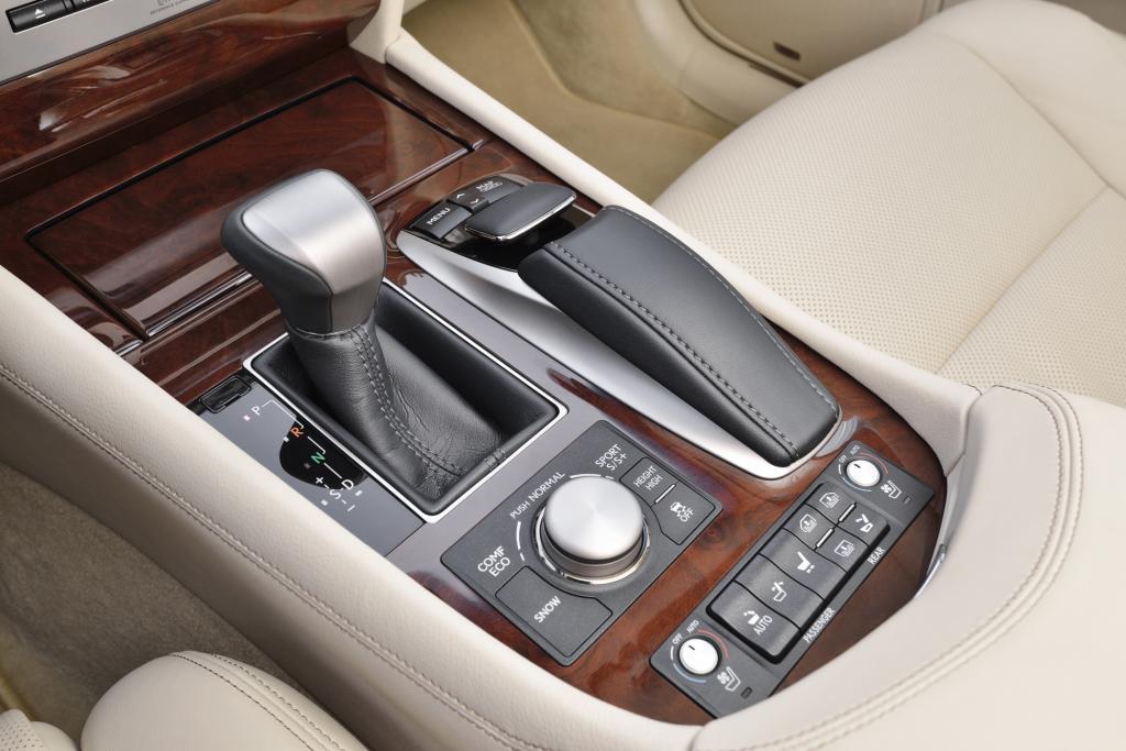 Die Bedienung des Multimediasystems erfolgt jetzt, wie bei anderen Lexus-Modellen, mittels der mausartigen Steuerung auf der Mit