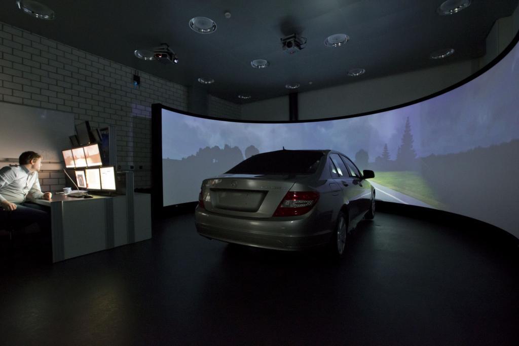 Im Fahrsimulator ließen sich die neuen S-Klasse-Technologien schon einmal testen