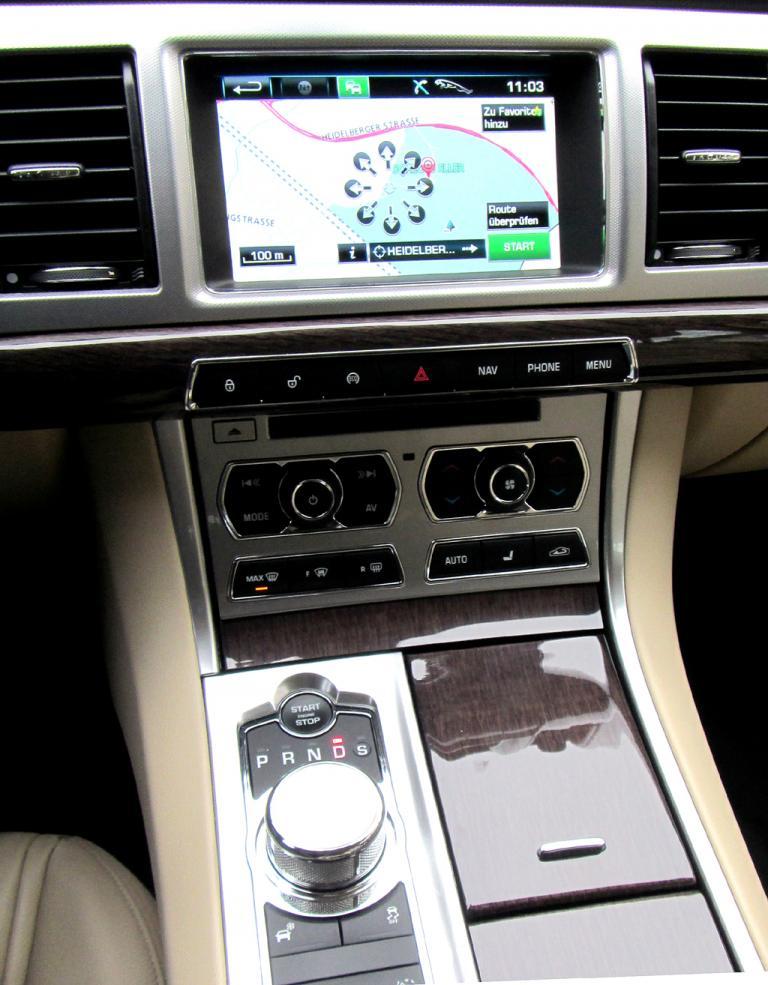 Jaguar XF Sportbrake: Blick auf den mittleren Armaturenträger mit Getriebe-Drehknopf.
