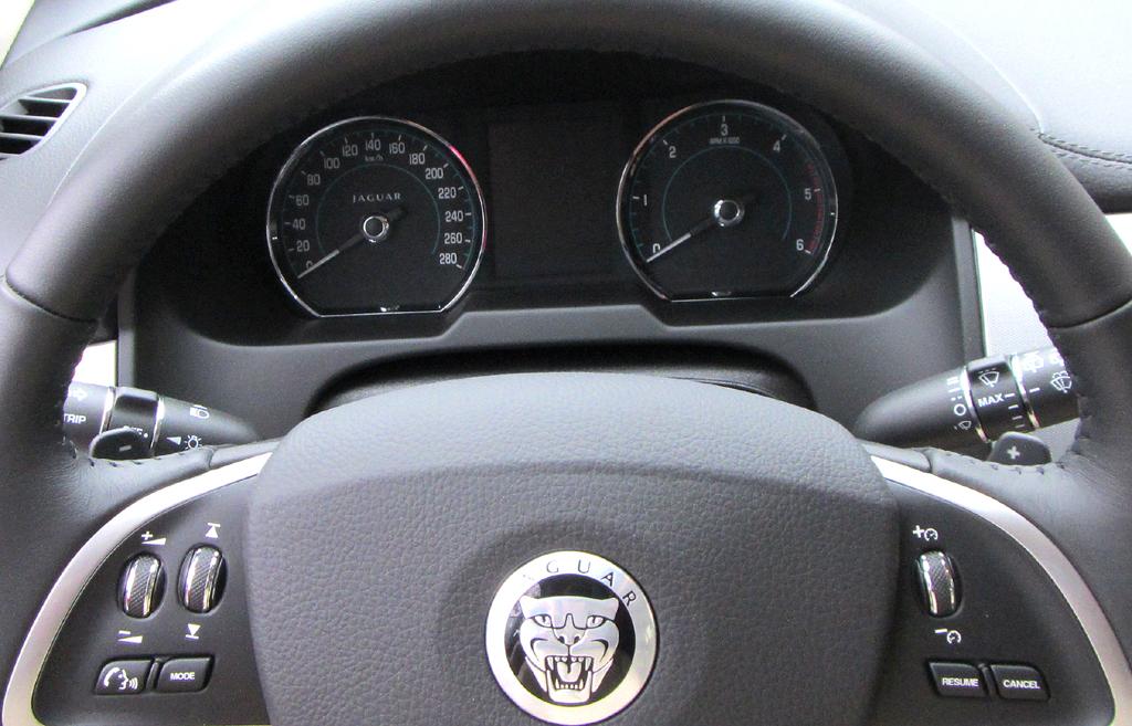 Jaguar XF Sportbrake: Blick durch den Lenkradkranz auf die Rundinstrumentierung.