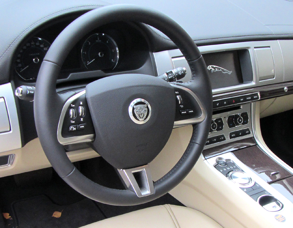Jaguar XF Sportbrake: Blick ins noble, sportlich-funktionell gestaltete Cockpit.
