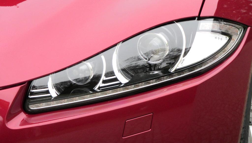 Jaguar XF Sportbrake: Die Leuchteinheiten vorn sind horizontal ausgerichtet.