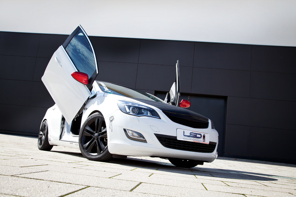 LSD Doors bietet Flügeltürscharniere für den Opel Astra
