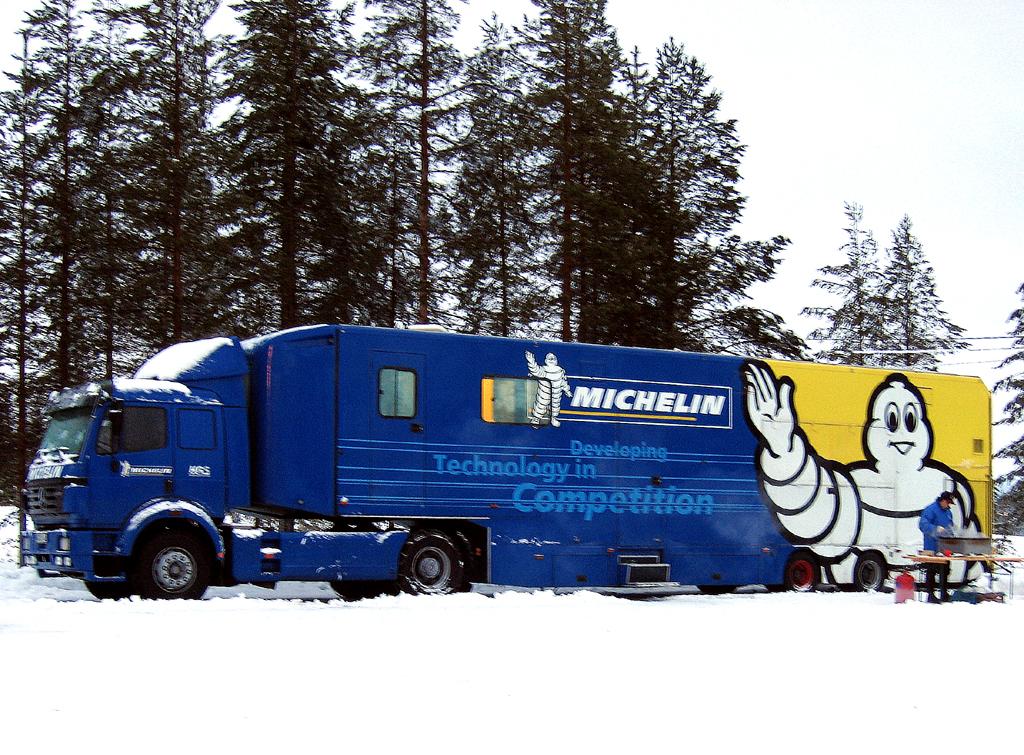 Nicht immer stehen Hilfstrucks wie hier von Michelin zur Verfügung. Foto: Grebe