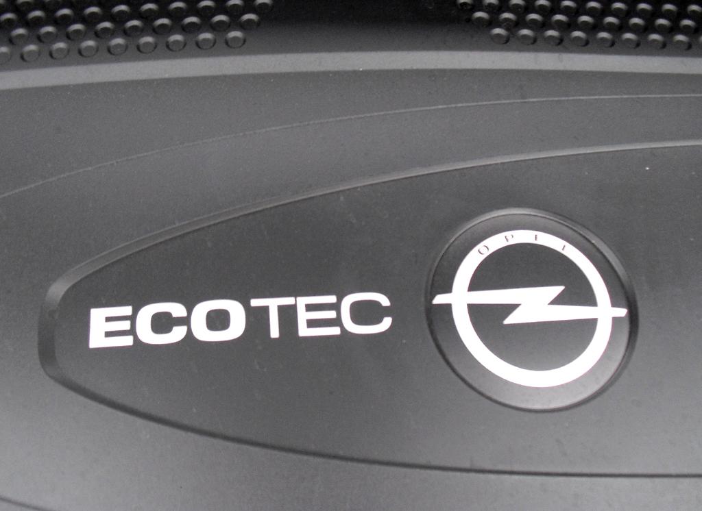 Opel Astra GTC Biturbodiesel: Blick auf den gleich doppelt befeuerten 2,0-Liter-Vierzylinder.