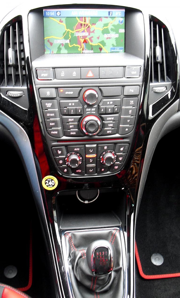 Opel Astra GTC Biturbodiesel: Blick auf den mittleren Armaturenträger.