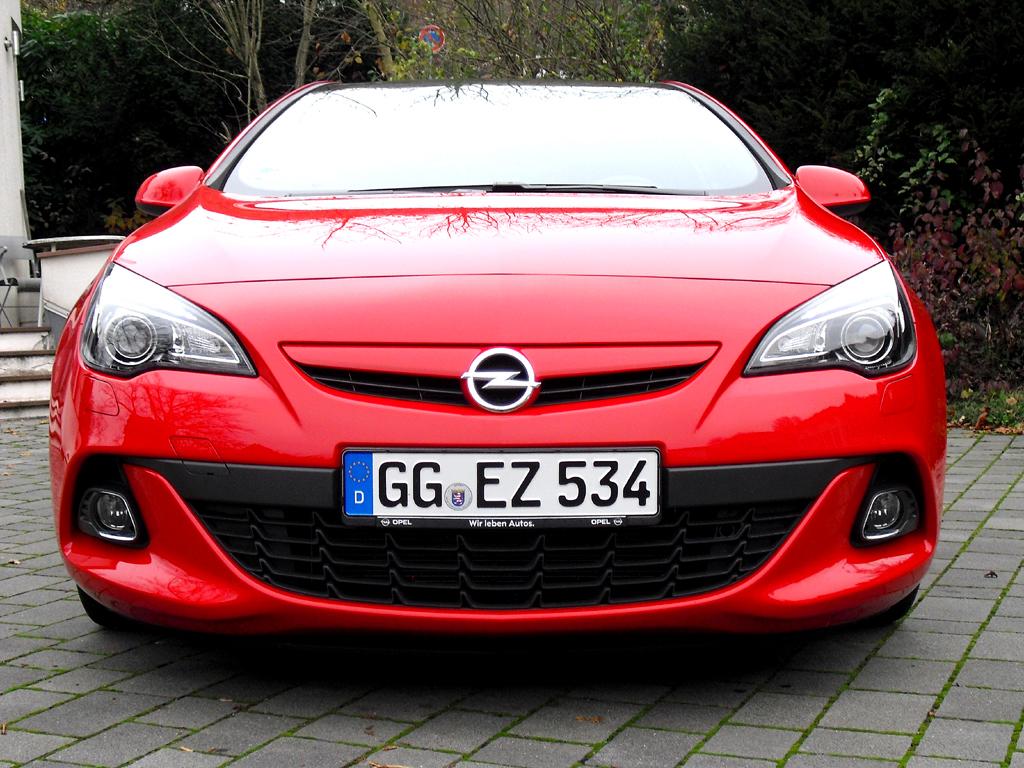 Opel Astra GTC Biturbodiesel: Blick auf die Frontpartie.