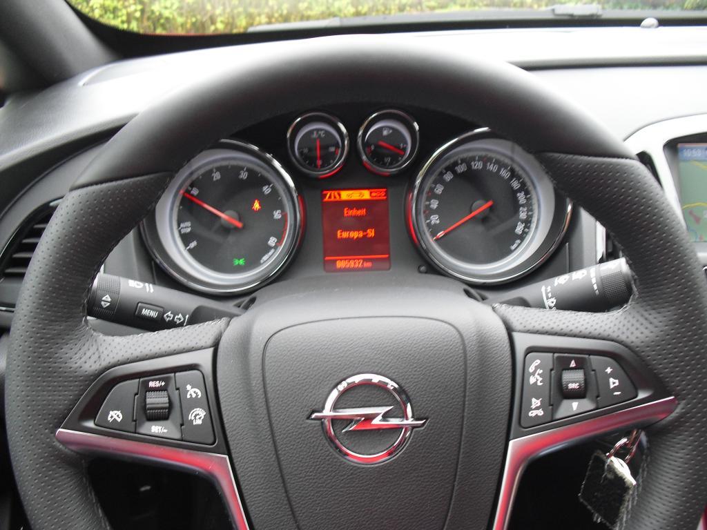 Opel Astra GTC Biturbodiesel: Blick durch den Lenkradkranz auf die Rundinstrumentierung.