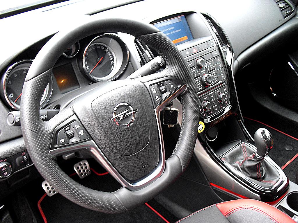 Opel Astra GTC Biturbodiesel: Blick ins sportlich-funktionelle Cockpit.