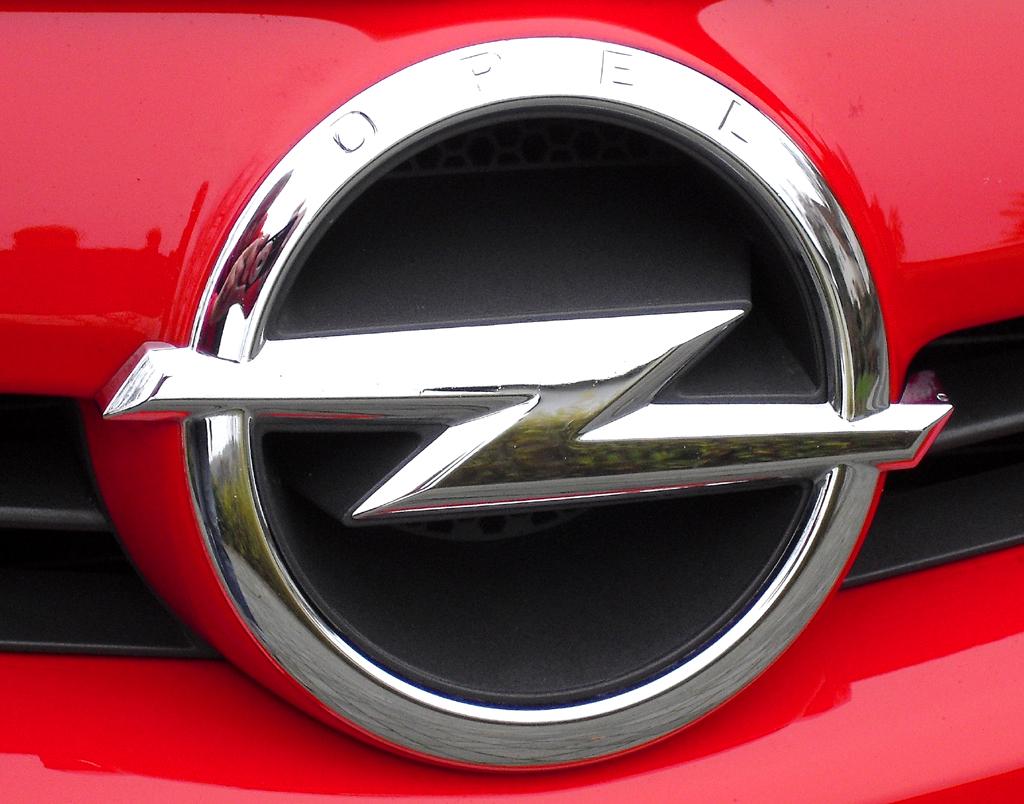 Opel Astra GTC Biturbodiesel: Der Markenblitz sitzt vorn in einer kleinen Kühlergrill-Schwinge.