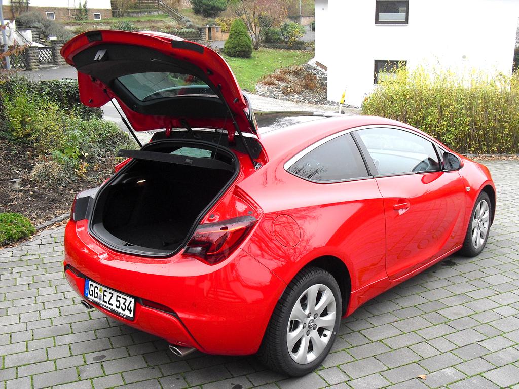 Opel Astra GTC Biturbodiesel: Ins Gepäckabteil passen noch 380 bis 1165 Liter hinein.