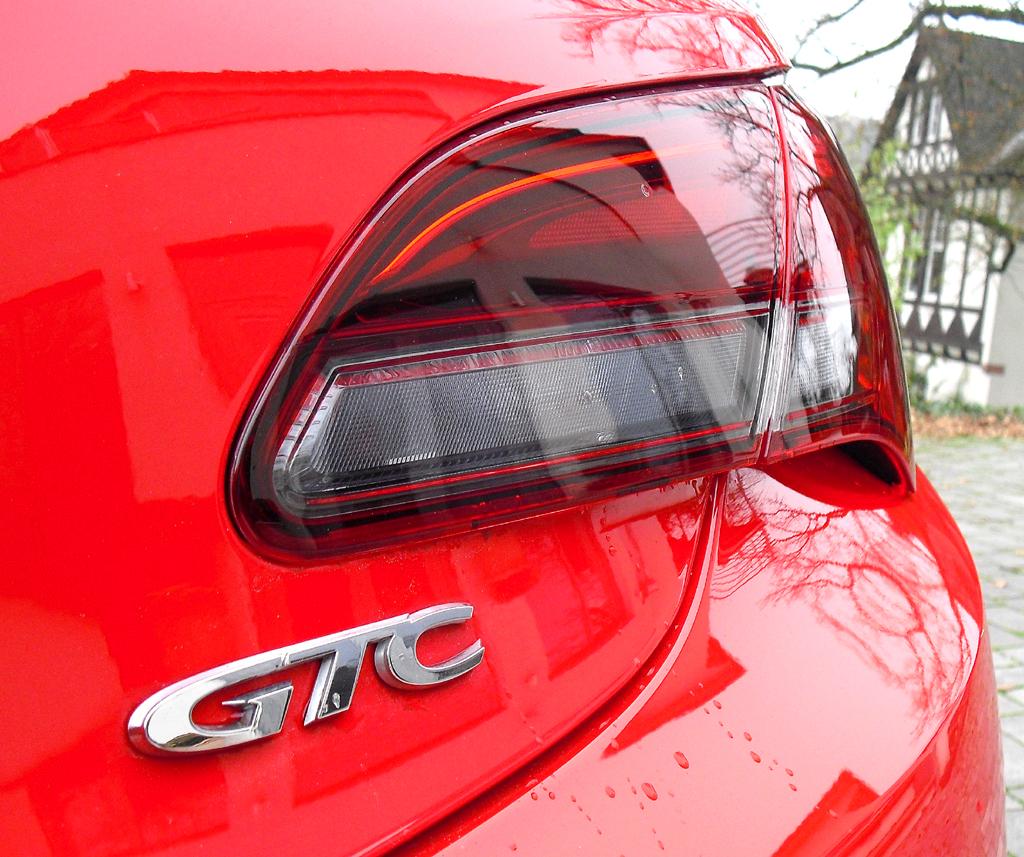 Opel Astra GTC Biturbodiesel: Modellschriftzug neben Leuchteinheit am Heck.