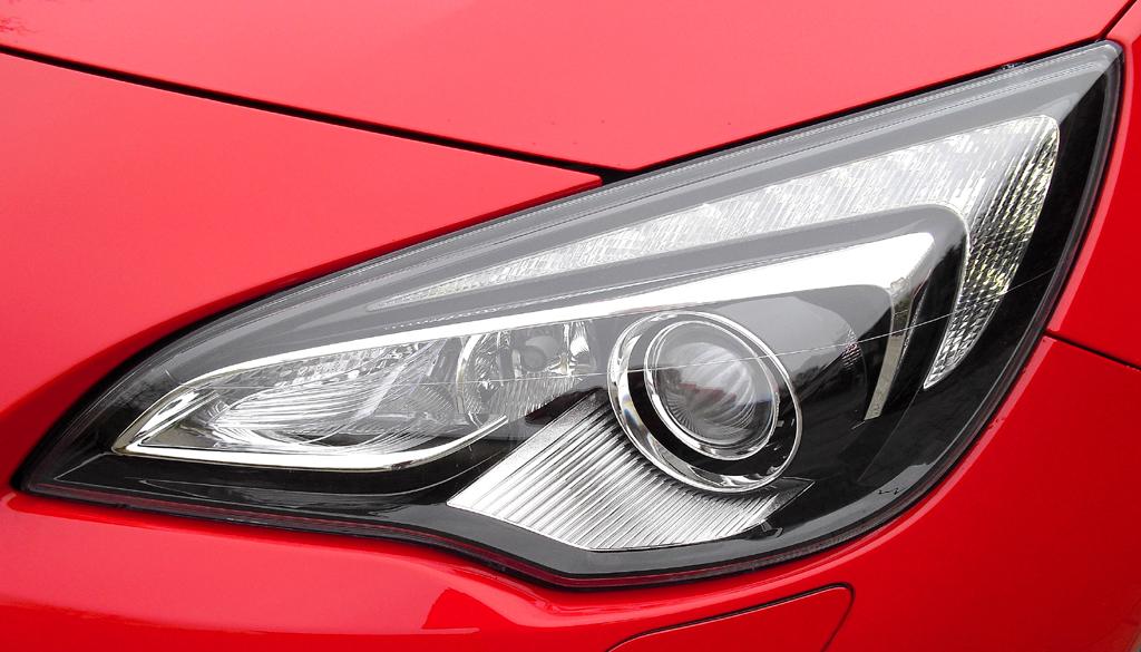 Opel Astra GTC Biturbodiesel: Moderne Leuchteinheit vorn.