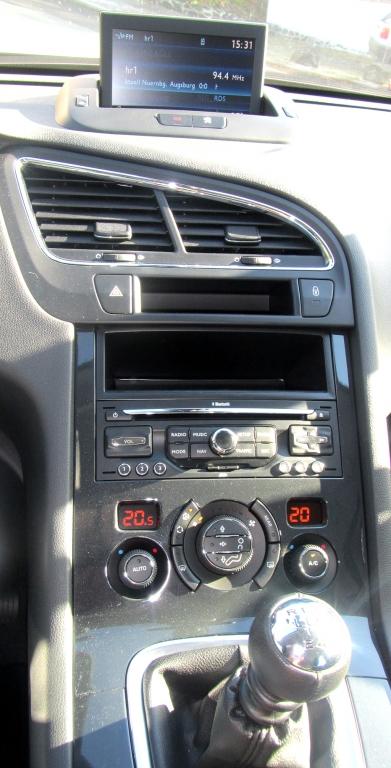 Peugeot 5008: Blick auf den mittleren Armaturenträger.