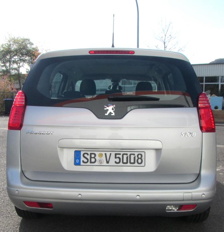 Peugeot 5008: Blick auf die Heckpartie mit der großen Heckklappe.