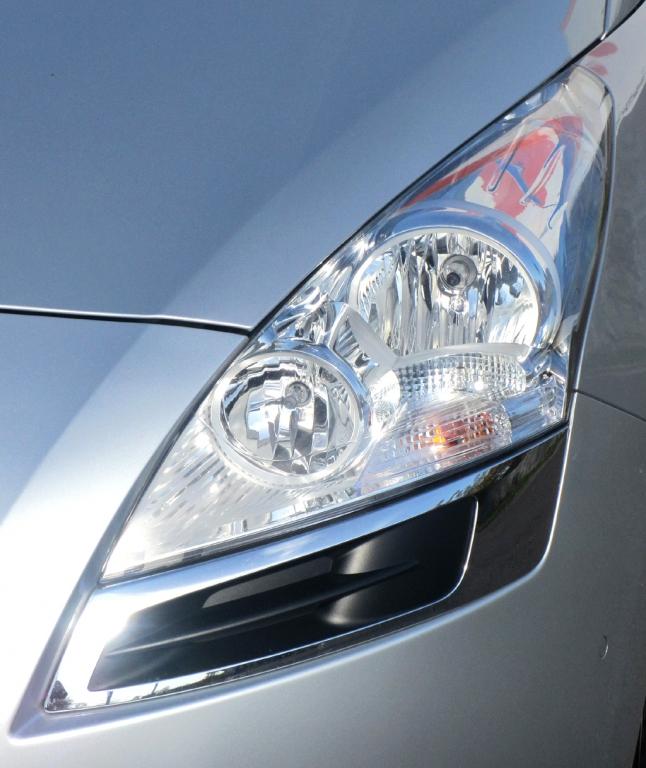 Peugeot 5008: Die Leuchteinheiten vorn sind eher vertikal ausgerichtet.