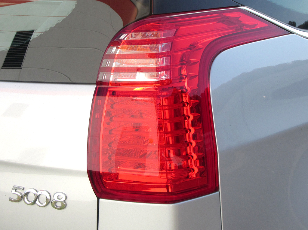 Peugeot 5008: Moderne Leuchteinheit hinten mit Modellschriftzug.