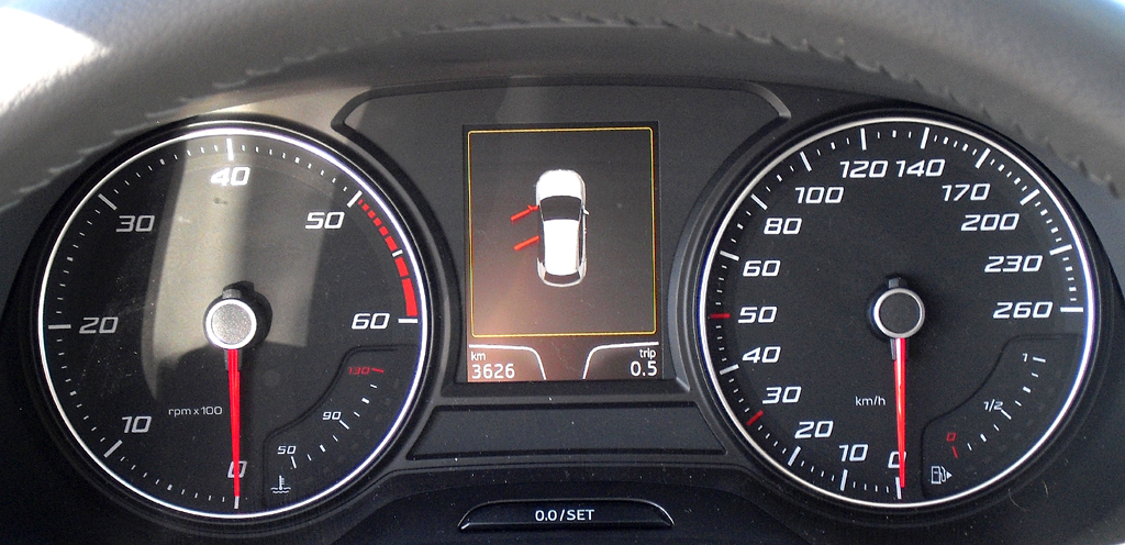 Seat León: Blick durch den Lenkradkranz auf die Rundinstrumentierung.