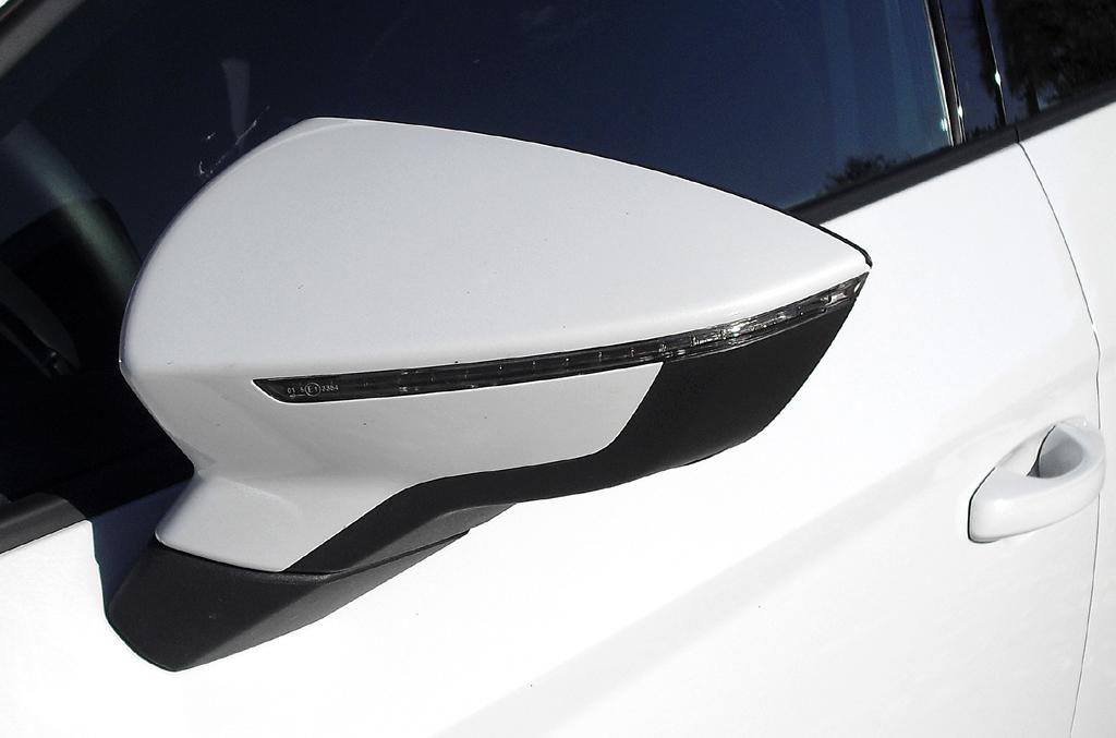 Seat León: In die Außenspiegel sind schmale Blinkleisten integriert.