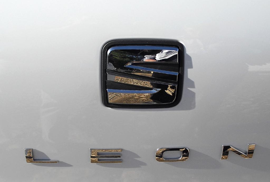 Seat León: Markenlogo und Modellschriftzug auf der Heckklappe.