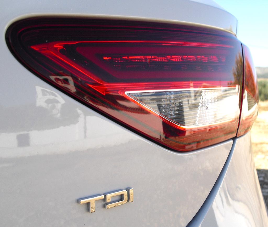 Seat León: Moderne Leuchteinheit hinten mit (Turbodiesel-)Motorisierungsschriftzug.