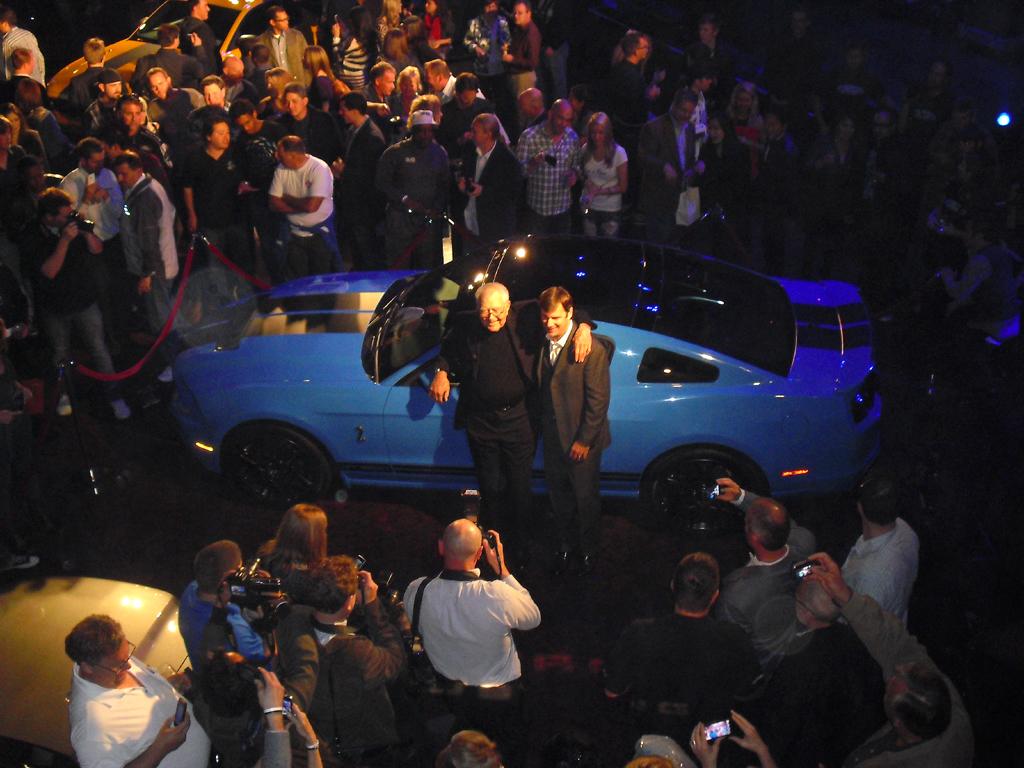 Auch nach Carroll Shelby (am Auto links) benannte Mustangs werden versteigert.