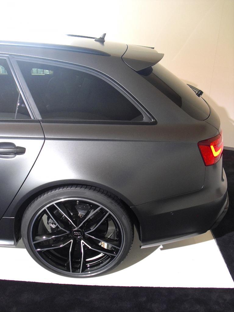 Audi RS6 Avant: 20-Zoll-Räder sind genauso Serie wie der Dachkantenspoiler hinten.