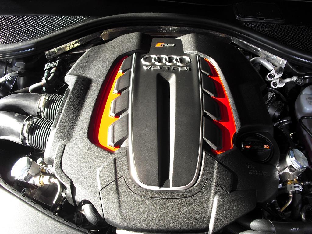 Audi RS6 Avant: Blick unter die Haube auf den Achtzylinder-Biturbo mit 412/560 kW/PS.