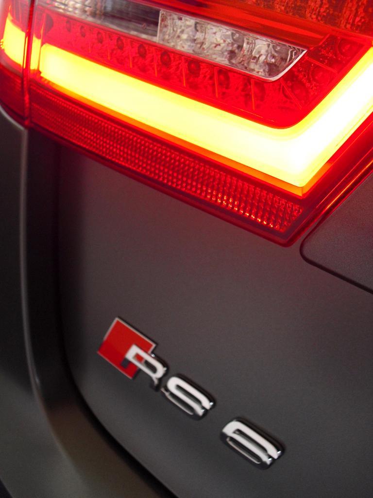 Audi RS6 Avant: Großformatige Leuchteinheit hinten mit Modellschriftzug.